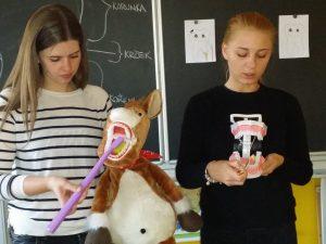 Studentky oboru dentální hygieny ve škole